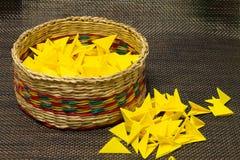 Cesta de paja tejida con el papel amarillo fotos de archivo libres de regalías