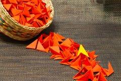 Cesta de paja tejida con el papel rojo foto de archivo libre de regalías