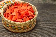 Cesta de paja tejida con el papel rojo fotografía de archivo libre de regalías