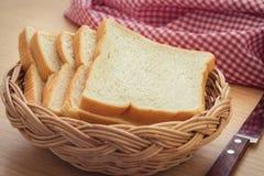 Cesta de pan rebanado Foto de archivo