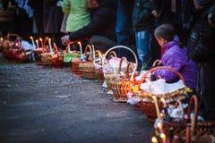 Cesta de Pascua con el alimento en iglesia ortodoxa. Foto de archivo