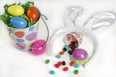 Cesta de Pascua con el caramelo Fotografía de archivo libre de regalías