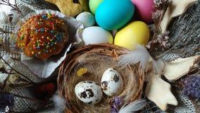 Cesta de Pascua con el enfoque secado torta de la flor de los huevos hacia fuera