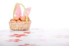 Cesta de Pascua con la decoración de los huevos Imágenes de archivo libres de regalías