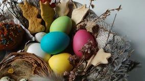 Cesta de Pascua con la flor secada torta de los huevos revelar