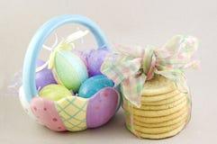 Cesta de Pascua con las galletas de azúcar Foto de archivo