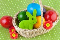 Cesta de Pascua con los huevos Foto de archivo libre de regalías