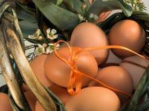 Cesta de Pascua con los huevos imagenes de archivo
