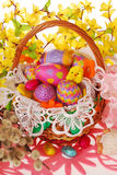 Cesta de Pascua con los huevos coloridos Fotografía de archivo libre de regalías