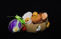 Cesta de Pascua con los huevos de Pascua el la primavera Imágenes de archivo libres de regalías