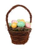 Cesta de Pascua con los huevos de Pascua pintados a mano sobre blanco Fotos de archivo libres de regalías