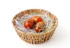Cesta de Pascua con los huevos pintados Fotografía de archivo