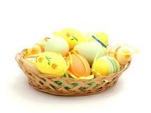 Cesta de Pascua con los huevos pintados Imágenes de archivo libres de regalías