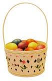 Cesta de Pascua con los huevos plásticos coloridos Fotografía de archivo