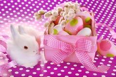 Cesta de Pascua con los huevos y el conejito blanco Imagenes de archivo