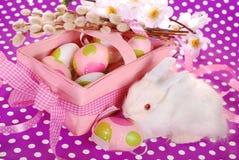 Cesta de Pascua con los huevos y el conejito blanco Foto de archivo