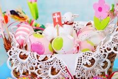 Cesta de Pascua con los huevos y la estatuilla de las ovejas Fotografía de archivo