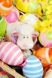 Cesta de Pascua con los huevos y la estatuilla de las ovejas Fotografía de archivo libre de regalías