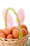 Cesta de Pascua con los huevos y los oídos del conejito Fotografía de archivo