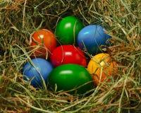 Cesta de Pascua con muchos huevos de Pascua coloridos Foto de archivo libre de regalías