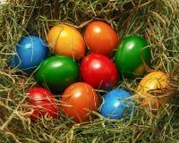 Cesta de Pascua con muchos huevos de Pascua coloridos Imagen de archivo libre de regalías