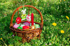 Cesta de Pascua, conejito del fieltro, espacio vacío Imagen de archivo libre de regalías