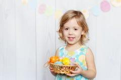Cesta de Pascua de la explotación agrícola de la muchacha Imagen de archivo