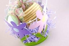 Cesta de Pascua de la flor con las galletas Fotos de archivo libres de regalías
