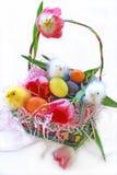 Cesta de Pascua de los polluelos del bebé Foto de archivo