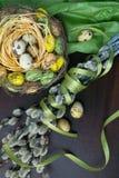 Cesta de Pascua, decoración del día de fiesta, flores, sauce de gatito y Eas Imágenes de archivo libres de regalías