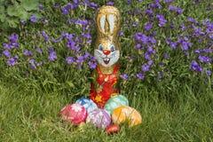Cesta de Pascua delante de rockcress Fotografía de archivo
