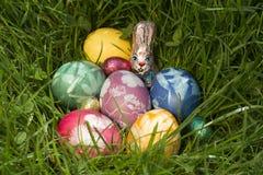 Cesta de Pascua en la hierba profunda 2 Imágenes de archivo libres de regalías