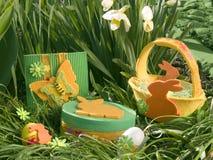 Cesta de Pascua en narcisos Fotografía de archivo