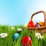 Cesta de Pascua en prado Fotografía de archivo libre de regalías