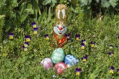 Cesta de Pascua rodeada por el pensamiento Fotos de archivo