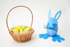 Cesta de Pascua y conejito azul fotografía de archivo