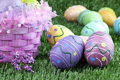 Cesta de Pascua y huevos coloridos Imágenes de archivo libres de regalías