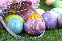 Cesta de Pascua y huevos coloridos Imagen de archivo libre de regalías