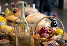 Cesta de patatas listas que se pelará con el aceite de oliva a mano Imágenes de archivo libres de regalías