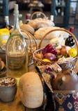 Cesta de patatas listas que se pelará con el aceite de oliva a mano Imagen de archivo