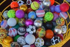 Cesta de pelotas de golf coloridas imagen de archivo libre de regalías