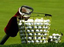 Cesta de pelotas de golf de la práctica Imagen de archivo
