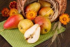 Cesta de peras frescas no fundo de madeira Fotografia de Stock Royalty Free