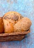 Cesta de rolos de pão dourados foto de stock