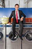 Cesta de ropa de With Suitcase And del hombre de negocios Imagenes de archivo