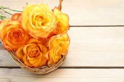 Cesta de rosas anaranjadas Imagenes de archivo