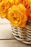Cesta de rosas anaranjadas Foto de archivo libre de regalías