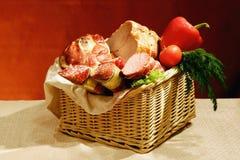 Cesta de salchichas y de carnes Imagen de archivo