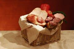Cesta de salchichas y de carnes Foto de archivo libre de regalías