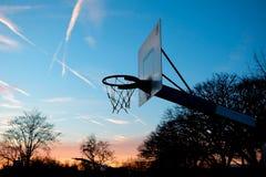 Cesta de Streetball en la puesta del sol Imagenes de archivo